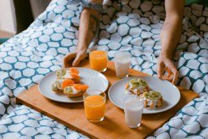 Freundin überraschen zu Hause Frühstück