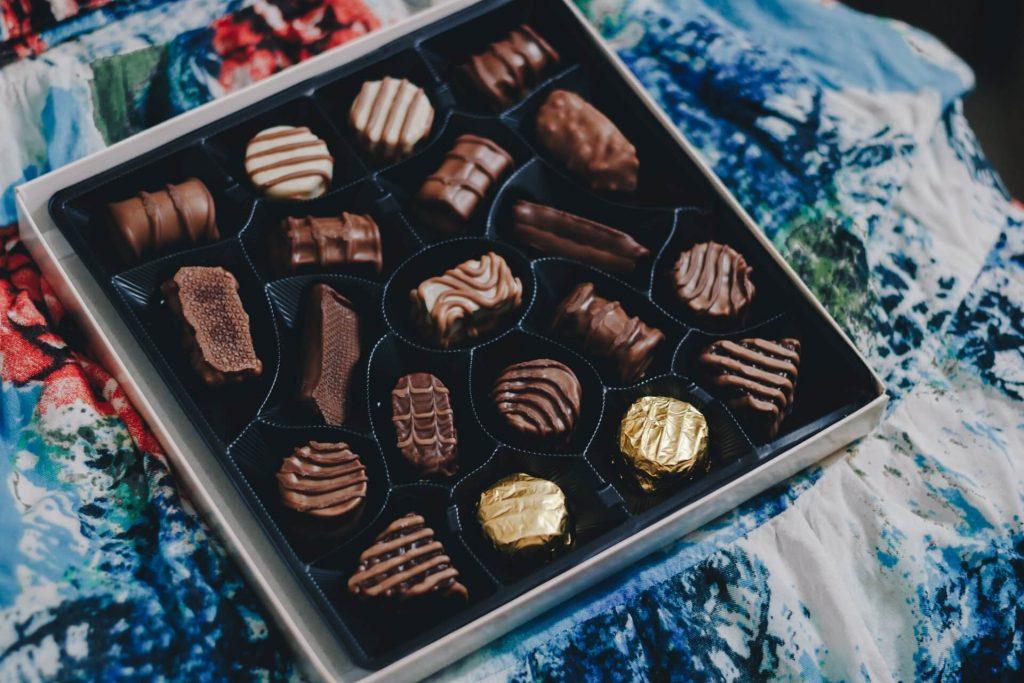Freundin überraschen Geschenk Pralinen Schokolade