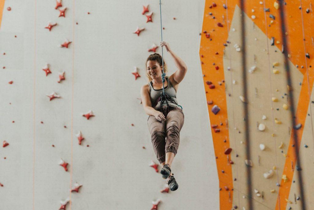 Freundin überraschen unternehmen klettern bouldern