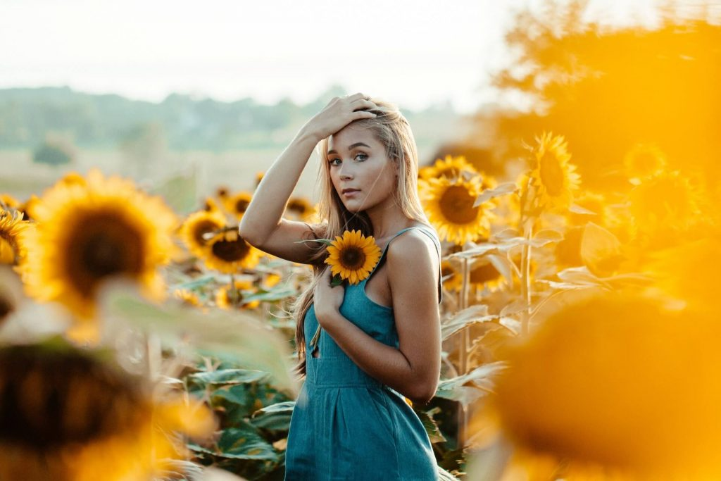 Freundin überraschen mit Blumen Sonnenblume