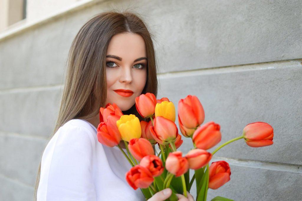 Freundin überraschen mit Blumen Tulpe