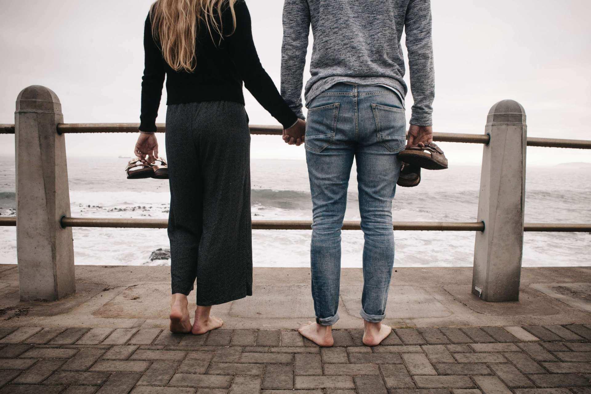 Freundin überraschen mit Ausflug ans Meer
