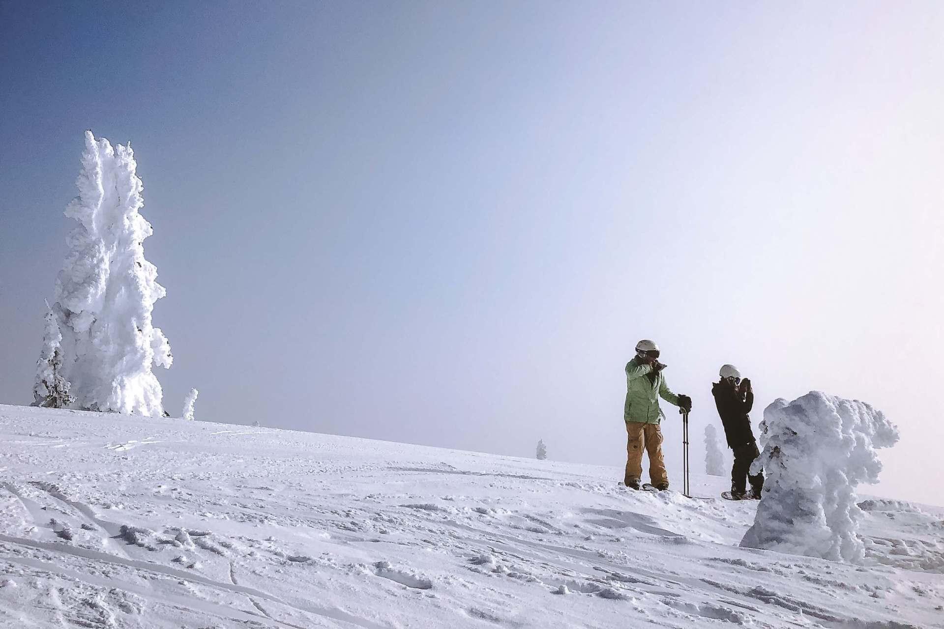 Freundin überraschen mit Ausflug Skifahren