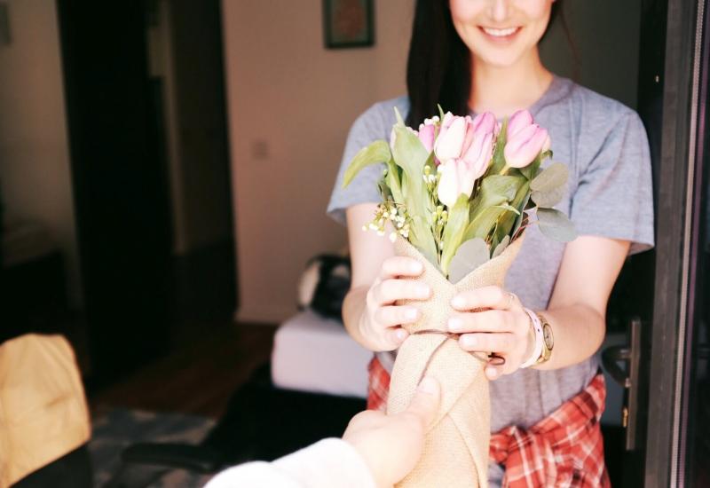 Freundin überraschen mit Blumen